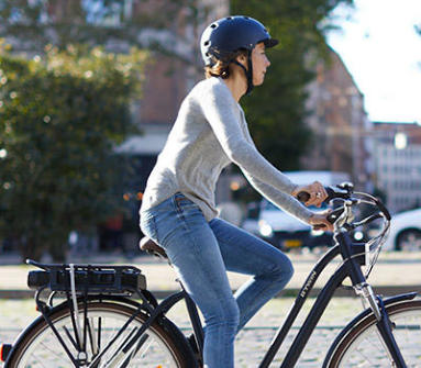 jeune homme profitant de son vélo éléctrique