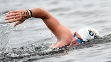 homme parcourant un triathlon