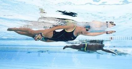 zwemmers die trainen om hun sneelheid te verbeteren
