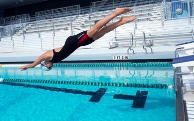 femme s'appretant à plonger dans l'eau