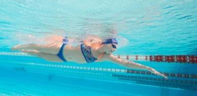 jeune fille qui récupère après avoir nagé