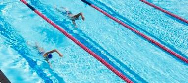 mensen die een zwemwedstrijd doen