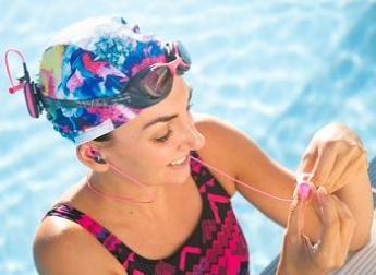 jeune fille qui écoute son MP3 dans l'eau