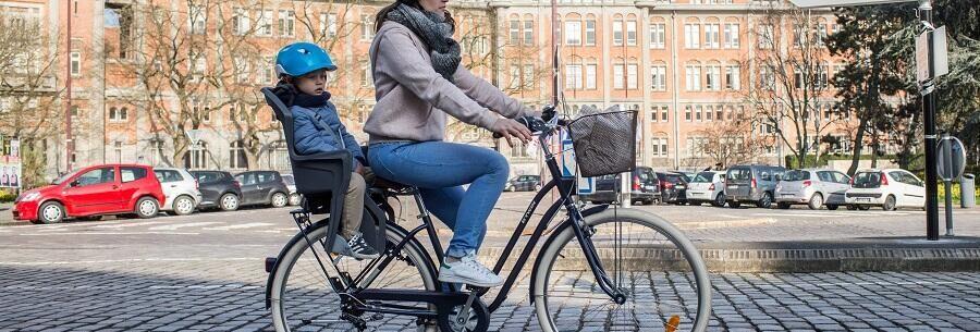 mère et enfant sur un vélo de ville
