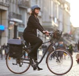 vrouw die haar bodschappen doet met een fietstassen