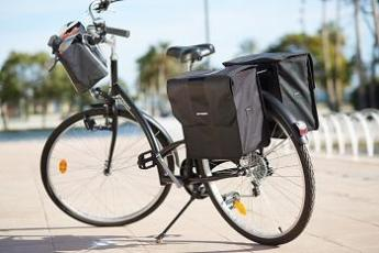 een super uitgeruste  fiets met fiestassen en fietsmanden