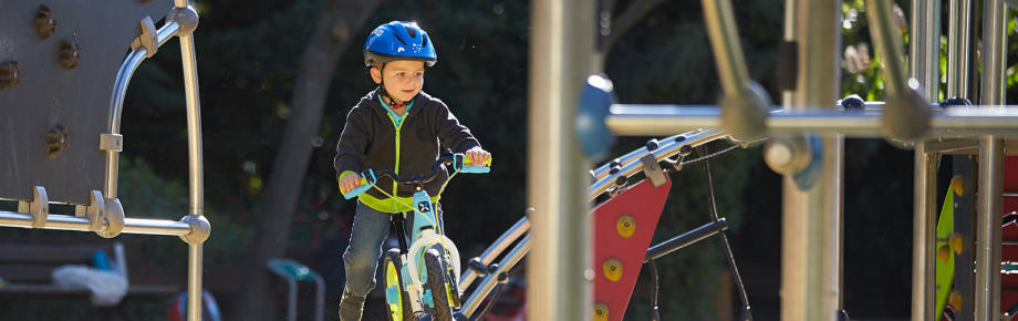 hoe kan je je kind in alle veiligheid en vertrouwen helpen fietsen?