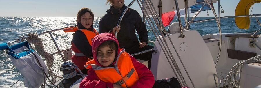 Zeilen op een zwaardboot met de familie
