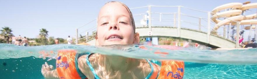 petite fille fait de la natation