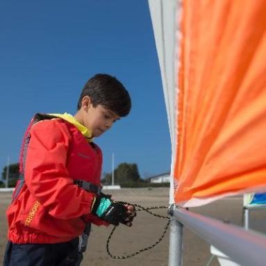 jongen zeilen Decathlon Tribord