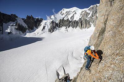 Bergbeklimmen op rotsen simond