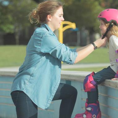 Vollständiger Schutz auf Roller und Skates: Wie schützt man sein Kind?