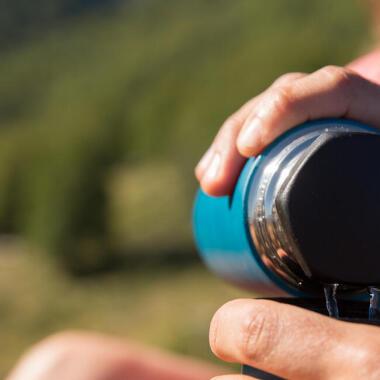 Wie trinkt man genug während des Wanderns?