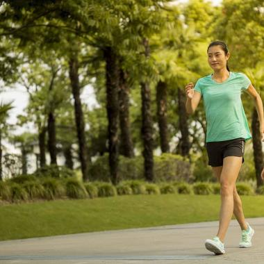 Walking: Die passende Ausrüstung bei Hitze