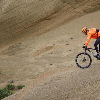 Wie meistert man eine steile Abfahrt mit dem Mountainbike?
