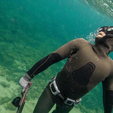 Wie wähle ich einen Neoprenanzug zum Unterwasserfischen aus?