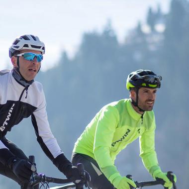Überwinden eines seitlichen Hindernisses mit dem Mountainbike