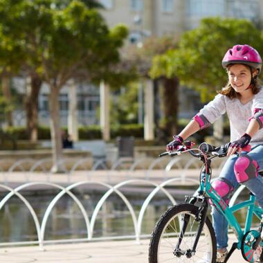 Welche Sicherheitsausrüstung benötigt mein Kind auf dem Fahrrad?