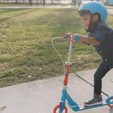 Die ersten Versuche mit dem Tretroller - Einführung für Kinder