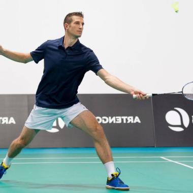 Badminton: Erlerne die Technik des kurzen Aufschlags