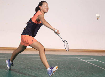 badminton-femme-salle-v2.jpg