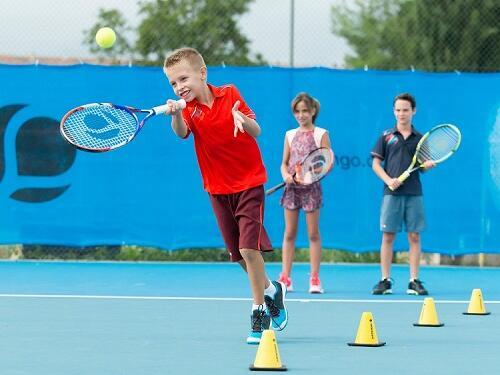 網球 | 孩童從事球拍運動的四個好處