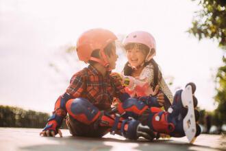 Come scegliere un casco per pattinare, lo skate o il monopattino   DECATHLON
