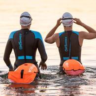 Nageuses d'eau libre et bouée de sécurité
