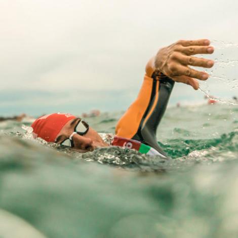 Nageur de natation eau libre en mer
