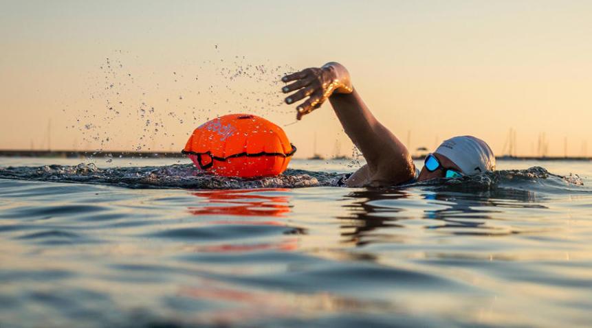 Nageuse en eau libre avec bouée sécurité