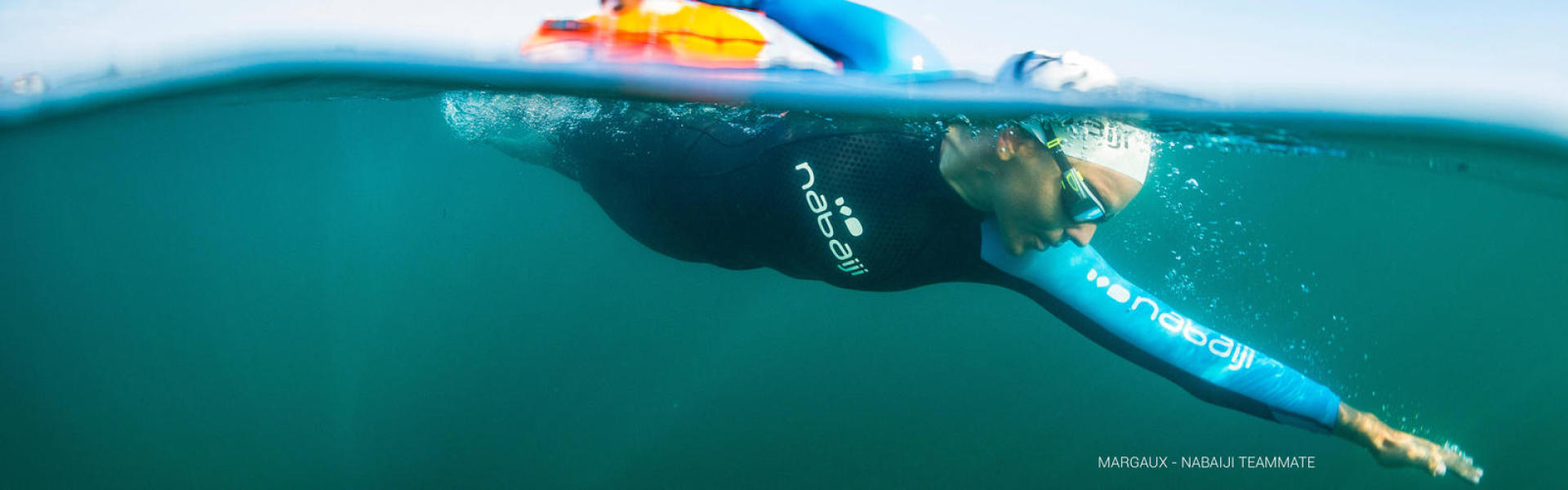 Nageuse en nage eau libre en eau froide