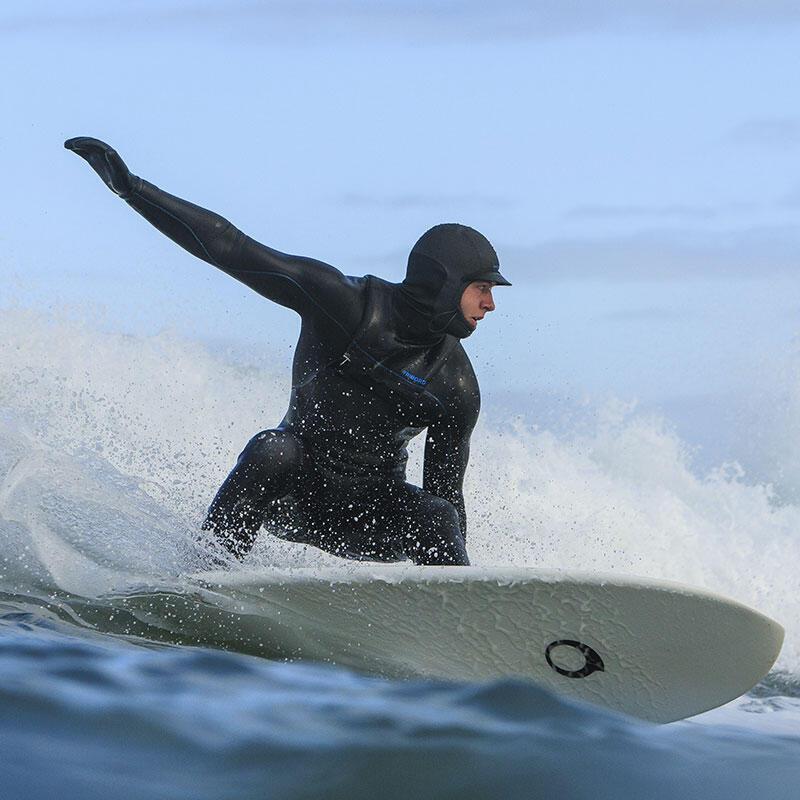 surfer avec une cagoule néoprène en hiver
