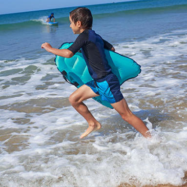 enfant court dans la mer