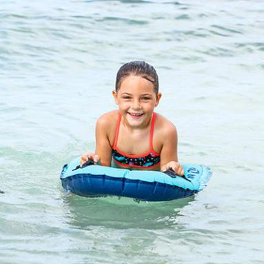 enfant apprend à nager