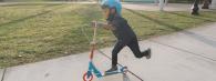 Initier votre enfant à la trottinette : quelques exercices pratiques