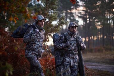 chasse au petit gibier migrateur dans un bosquet