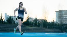 Femme marche sportive