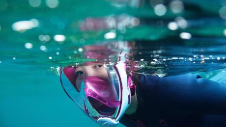 vrouw beoefenen snorkelen