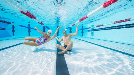 femme homme piscine natation  maillot bonnet lunettes de piscine