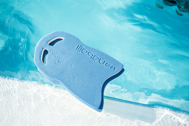 Trainiere deine Muskulatur in den Beinen mithilfe von Schwimmbrettern