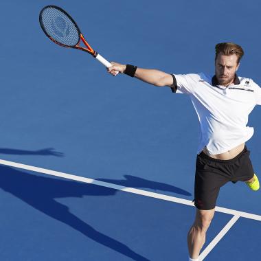 Oliver Marach mit Tennisschlaeger TR 990 Pro