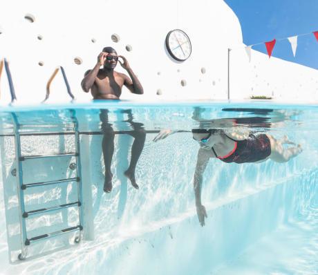 Zwemmen met anderen om gemotiveerd te blijven