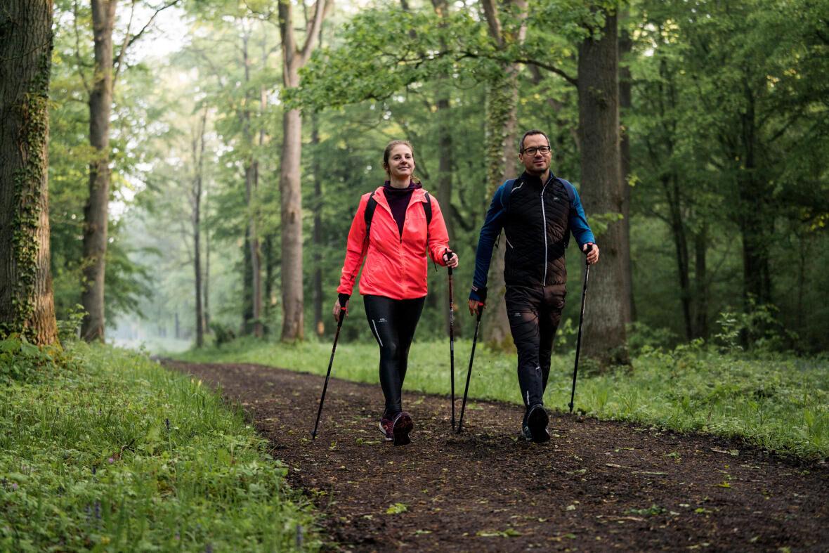 conseils-bérangère-a-testé-la-marche-nordique-couple-marche-nordique-bâtons-forêt