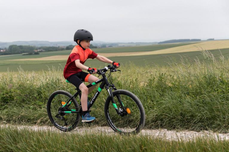 kinderen met zwarte fiets