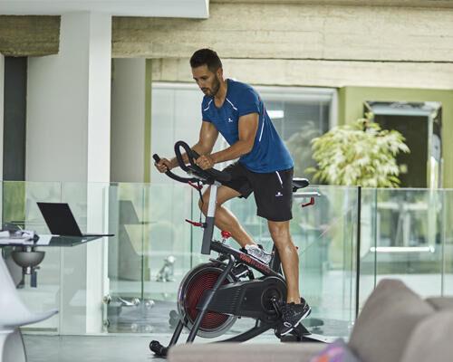 HOE ONDERHOUD IK MIJN INDOOR CYCLING-FIETS?