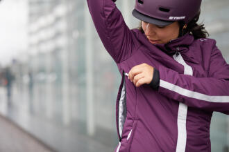 woman adjusting her cycling jacket