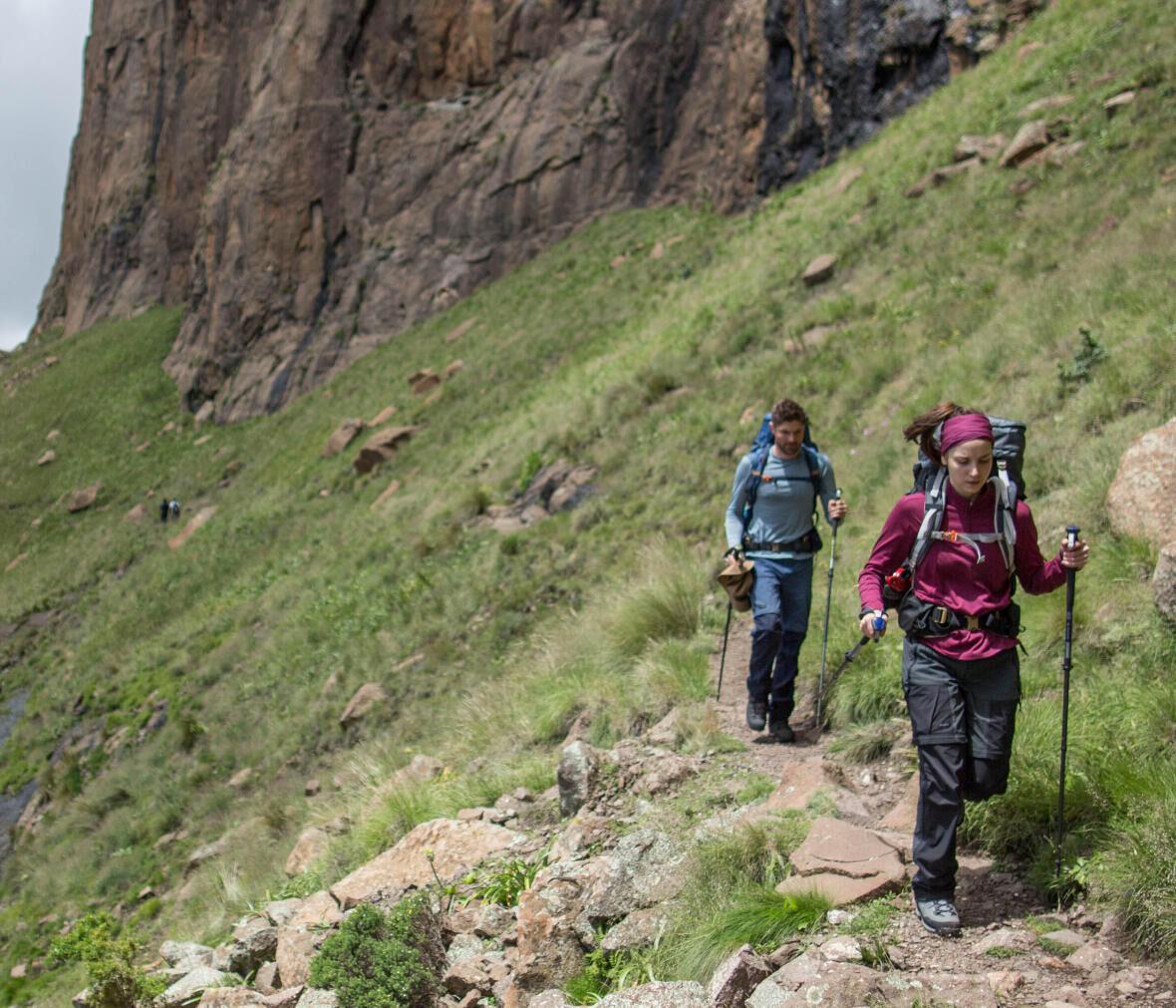 homme et femme en randonnée