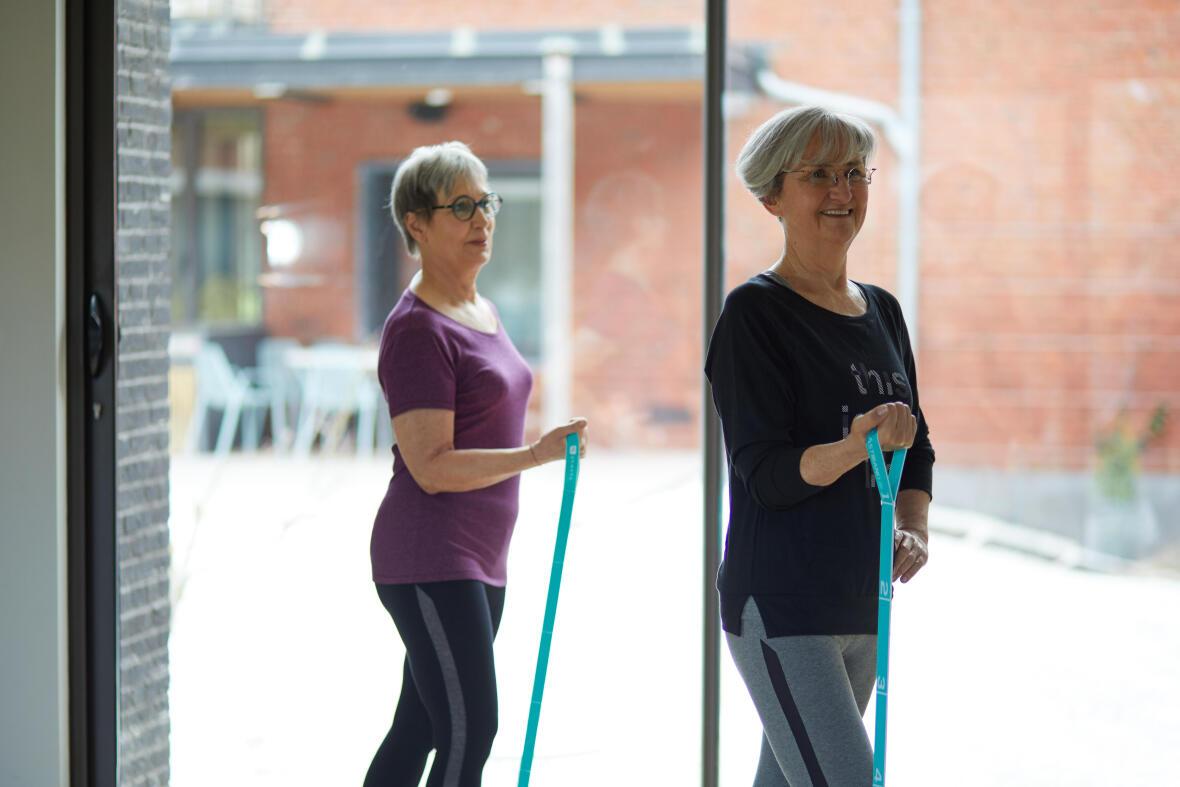 Deux femmes pilates avec elastique