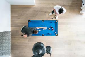 L'étiquette du billard : Top 10 des règles de savoir-vivre autour d'une table de billard