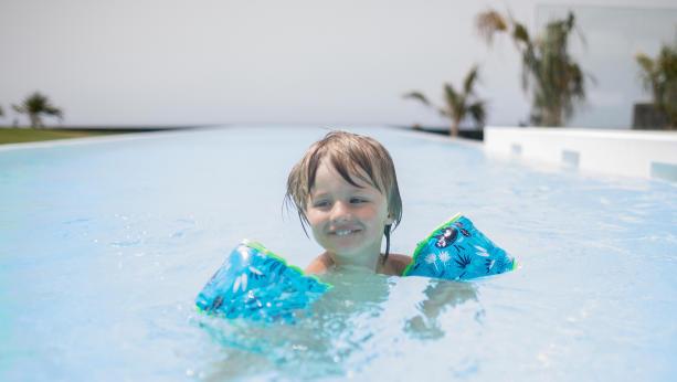 enfant natation brassard